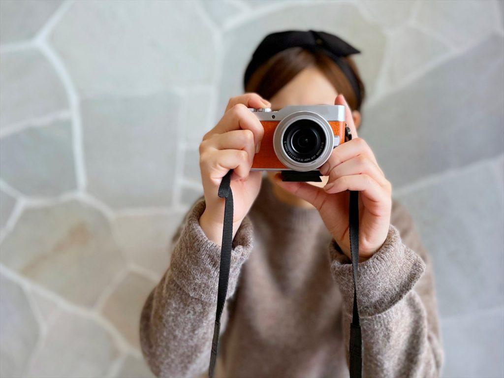ミラーレスで写真を撮る人画像