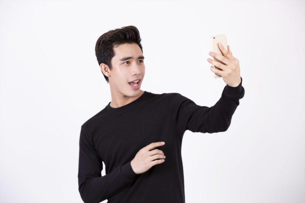 自撮りしている男性の画像